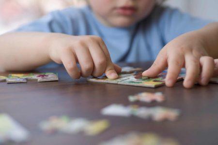 Dziecko układa puzzle